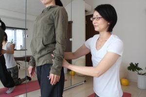 女性の骨盤をチェックする施術者