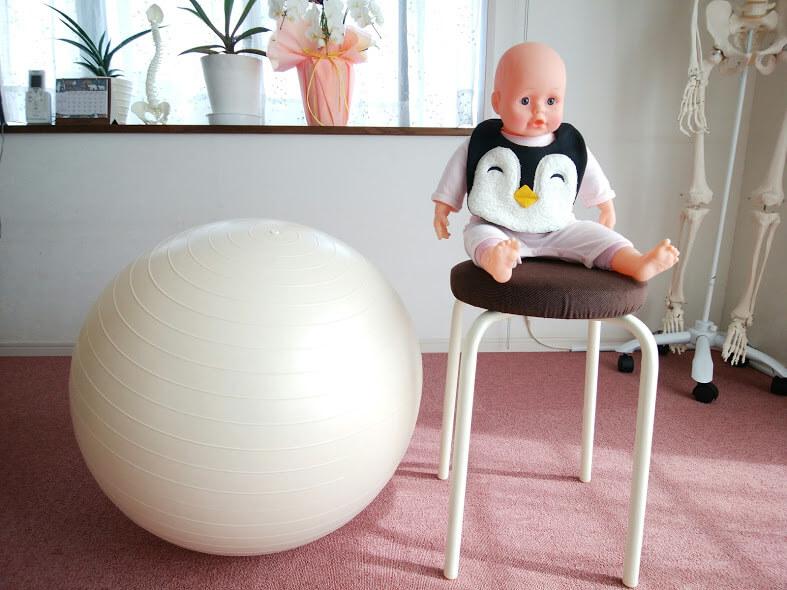 バランスボールとイスに座った抱っこ人形