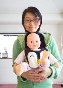 人形のぷぷちゃんを抱っこする田村