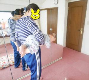 赤ちゃんを小脇にかかえるお母さん