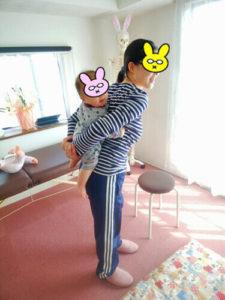 赤ちゃんをおんぶするお母さん