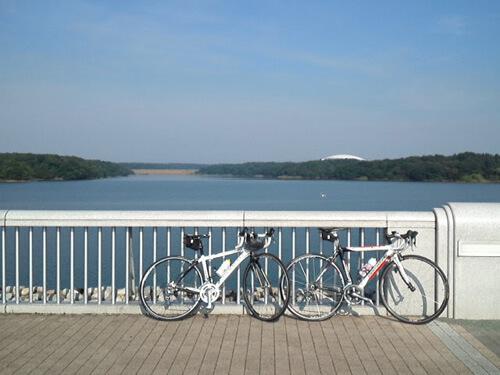 西武園近くの橋とロードバイク