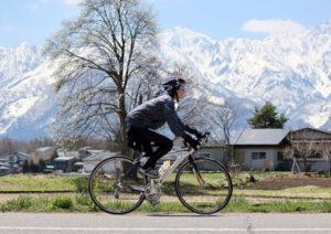 安曇野をロードバイクで走っている女性