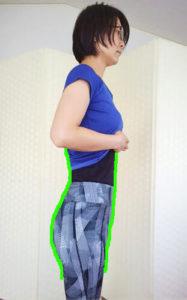 横向きで骨盤を整える女性