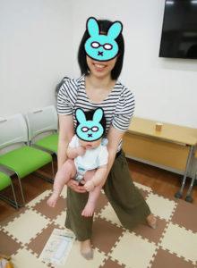 まあるい抱っこで赤ちゃんと遊ぶお母さん