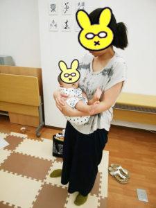 赤ちゃんを横抱っこするお母さん