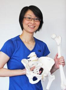 骨模型をもつ女性施術者