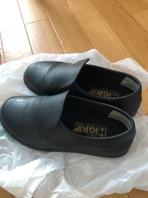歩きにくい黒い靴