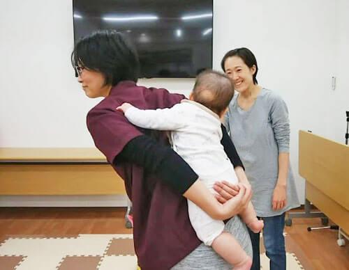 赤ちゃんをおんぶする田村
