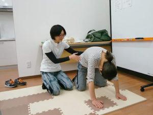 ワークショップで参加者に身体の使い方を伝えているところ