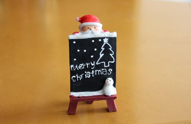 クリスマスを知らせるサンタの置物